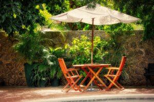 Sonnenschirm mit Stühlen und Tisch